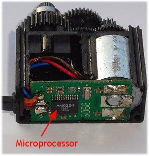 A microprocessor differentiates a digital and analogue servo